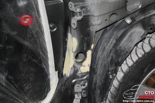 rihtovka dveri stoyki zamena kryila pokraska avto toyota camry 6498 526x350 custom Рихтовка двери, стойки, замена крыла, покраска авто   Toyota Camry